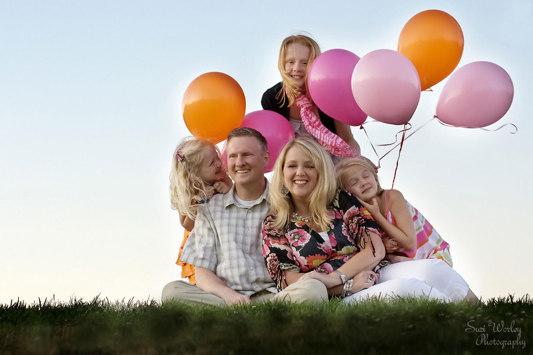 Balloons and love! #Familyphoto #portraits #girls #SuziWorleyPhotography